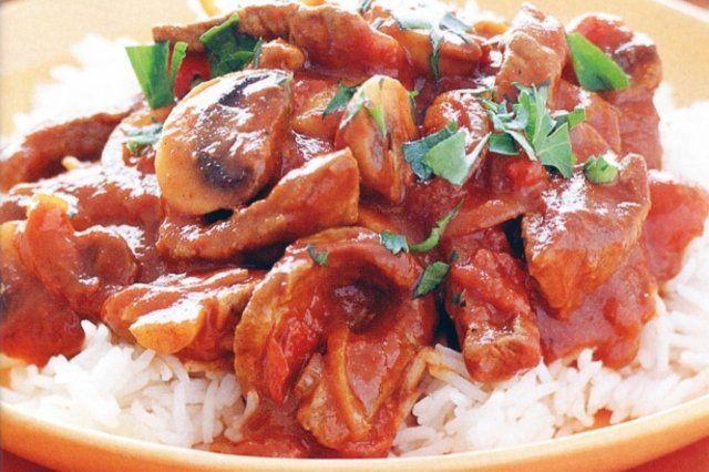 Carne com molho de tomate e cogumelos