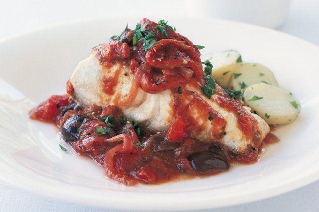 Peixe ao molho de tomate e vinho