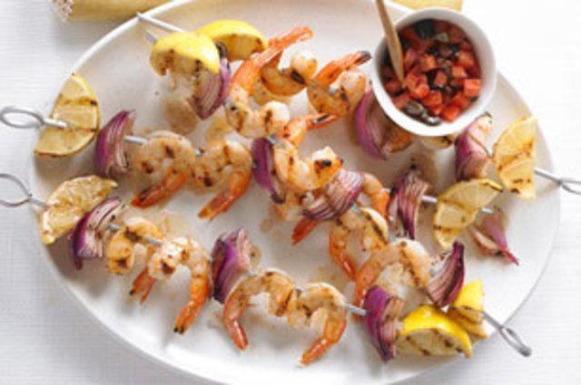 Espetos de camarão com azeitona e tomate