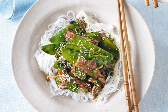 Macarrão de arroz com ervilhas e carne