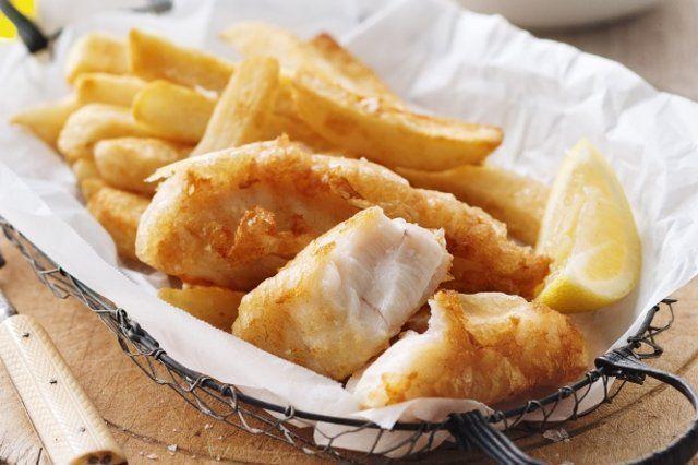 Peixe com batata frita e salada