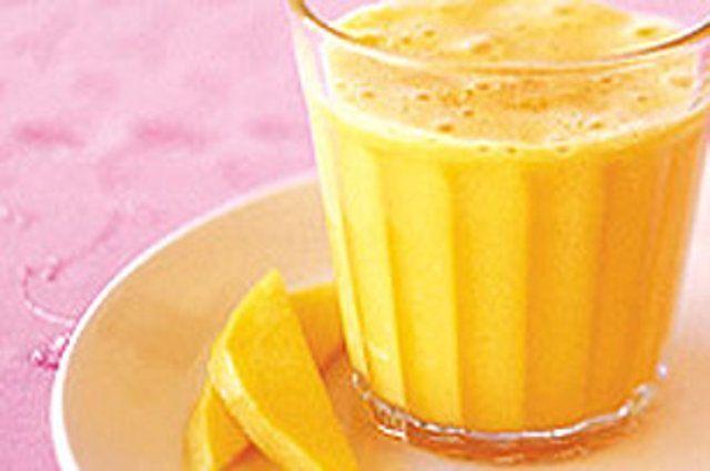 Smoothie cremoso de manga com laranja