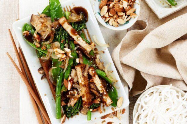 Tofu e vegetais com macarrão