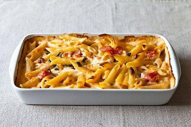 Penne ao forno com tomate e cinco Queijos