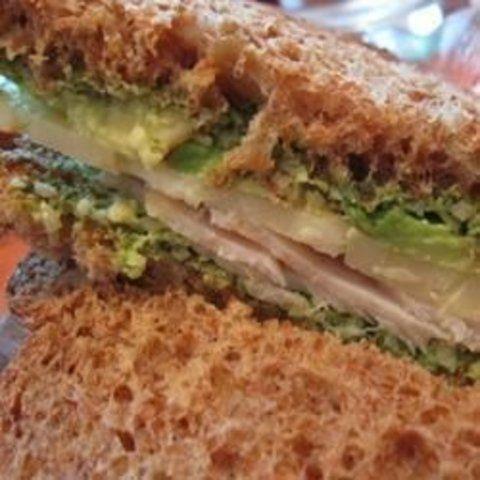 Sanduíche de queijo branco com pesto