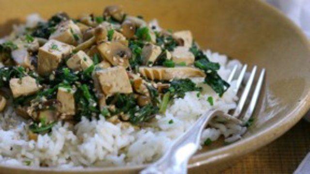 Tofu, cogumelos e espinafre refogado