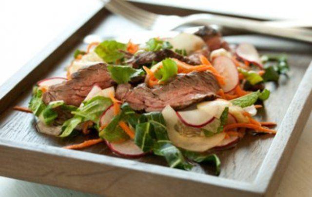 Bife grelhado com salada de verão