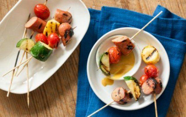 Espetos de salsicha e tomate