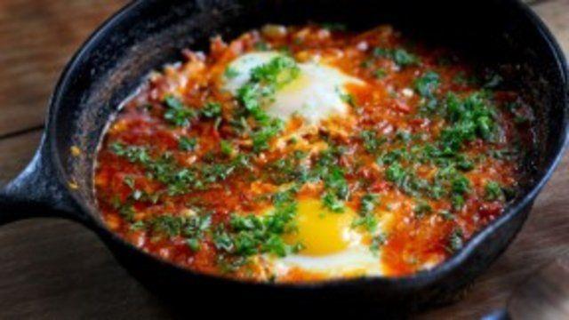 Ovos cozidos no molho de tomate