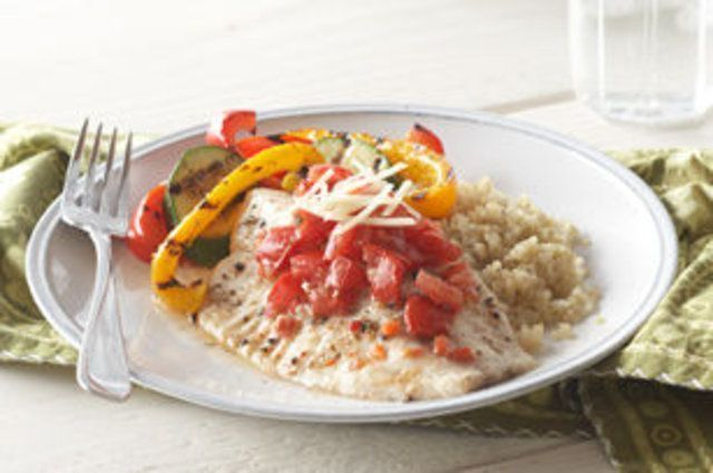 Peixe com tomate e pimentão