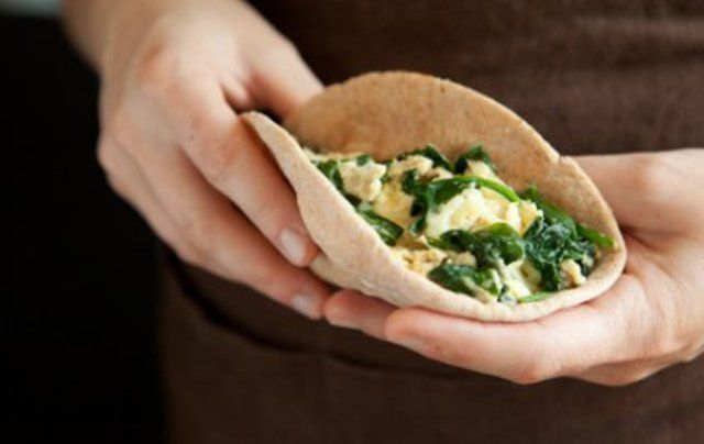 Sanduíche de ovos e espinafre