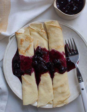 Crêpes de ricota com molho de blueberries