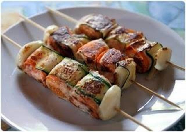 Espetos salmão com legumes