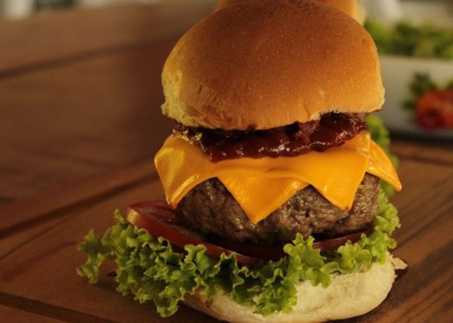 Hambúrguer de porco com barbecue