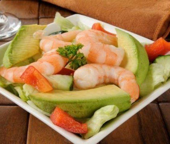 Salada de camarão com legumes